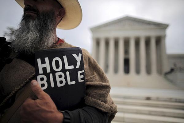 Библия попала в список «сексистских, расистских и очень скучных» книг