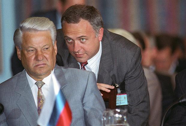 Президент России Борис Ельцин и министр иностранных дел Андрей Козырев