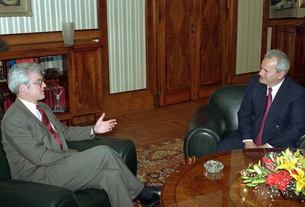 Специальный представитель президента России на мирных переговорах по бывшей Югославии Виталий Чуркин и президент Сербии Слободан Милошевич, 1995 год