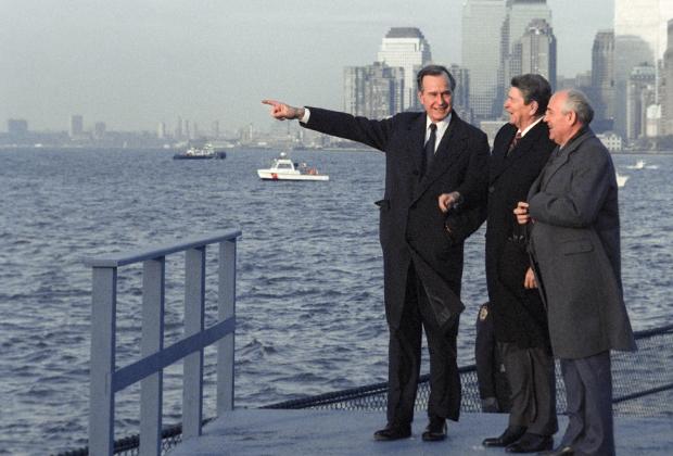 Генеральный секретарь ЦК КПСС Михаил Горбачев, президент США Рональд Рейган и вице-президент США Джордж Буш-старший на прогулке по острову Гавернорс-Айленд. Нью-Йорк, 1988 год