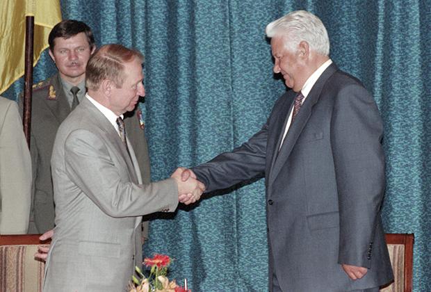 Президент России Борис Ельцин (справа) и президент Украины Леонид Кучма после подписания соглашения, согласно которому российский Черноморский флот будет базироваться в Севастополе. Россия. Сочи. 9 июня 1995 года