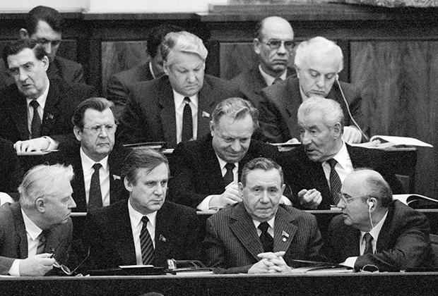 Владимир Долгих, Борис Ельцин, Эдуард Шеварднадзе (верхний ряд, слева направо), Михаил Соломенцев (средний ряд, справа), Егор Лигачев, Николай Рыжков, Андрей Громыко, Михаил Горбачев (первый ряд, слева направо) в президиуме шестой сессии Верховного Совета СССР одиннадцатого созыва