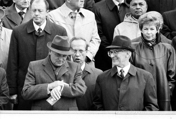 Михаил Горбачев и Эрих Хонеккер на праздновании 40-летия ГДР. Восточный Берлин, 7октября1989 года. Уже 18 октября Хонеккер вынужденно ушел в отставку, а 9 ноября пала Берлинская стена