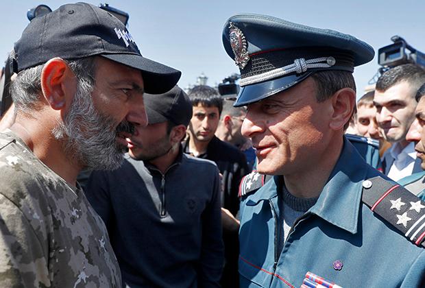 Никол Пашинян и заместитель начальника полиции Еревана Валерий Осипян