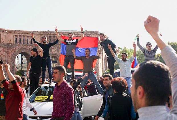 Демонстранты отмечают отставку Саргсяна
