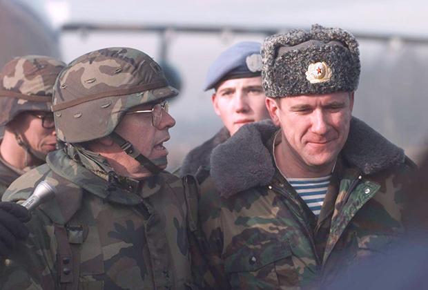 Американские и российские военные в Косово. Приштина, 1999 год