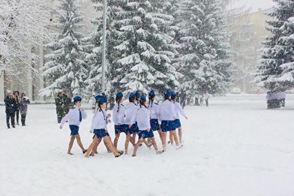 Девочка В Юбке На Снегу