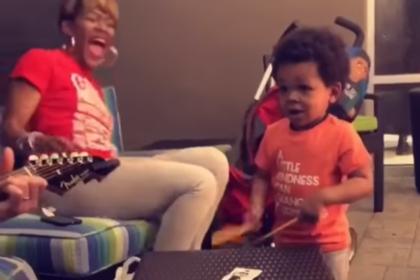 Двухлетний барабанщик стал звездой СМИ