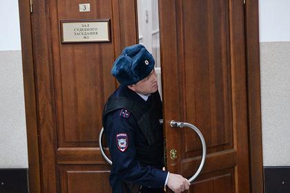 Обвиненные в пытках многодетной матери полицейские избежали суда