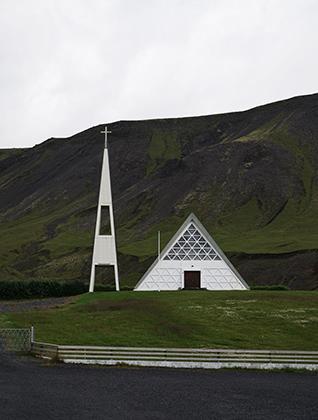 Случайная религиозная постройка посреди пустыря