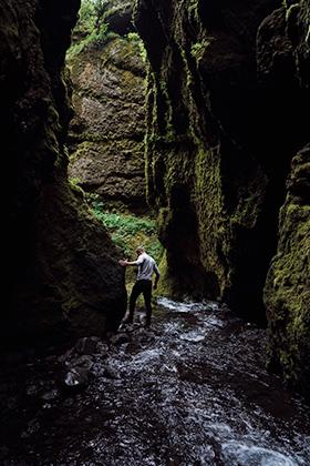 Исландец прокладывает путь к скрытому в расщелине водопаду