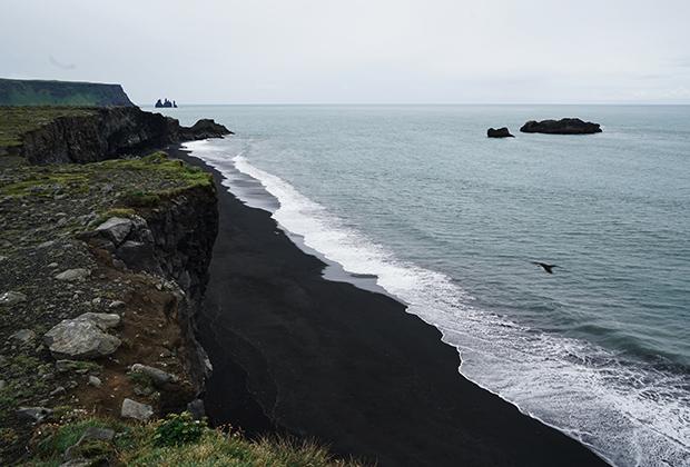 Черный пляж в Вике, возникший благодаря вулканической лаве, считается одним из самых необычных пляжей Земли