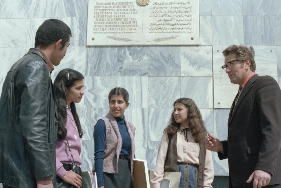 Преподаватель архитектурного факультета из Вильнюса Л. Сырус (справа) беседует с афганскими студентами