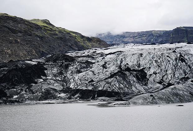 Ледник Сольхеймайокюдль на юге Исландии, до сих пор покрытый пеплом от извержения вулкана в 2010 году