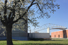 Про пожар 1981 года на фабрике Vitra можно сказать «не было бы счастья, да несчастье помогло»: огонь уничтожил заурядные корпуса и подал идею владельцам компании заказать проекты новых лучшим архитекторам мира. Фабричные здания строили Николас Гримшоу, Алваро Сиза, японское бюро SANAA. Изогнутый мостик между зданиями в дождливую погоду превращается в закрытый переход между корпусами: особые панели автоматически выдвигаются и превращаются в крышу.