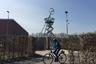 Башня Slide Tower со смотровой площадкой, часами и спиральным спуском, по которому можно скатываться, как с детской горки, на специальных войлочных ковриках, разместилась в конце живописного променада, разбитого по проекту Алваро Сизы.