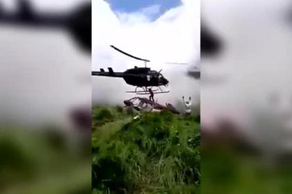 На человека на месте крушения вертолета упал второй вертолет