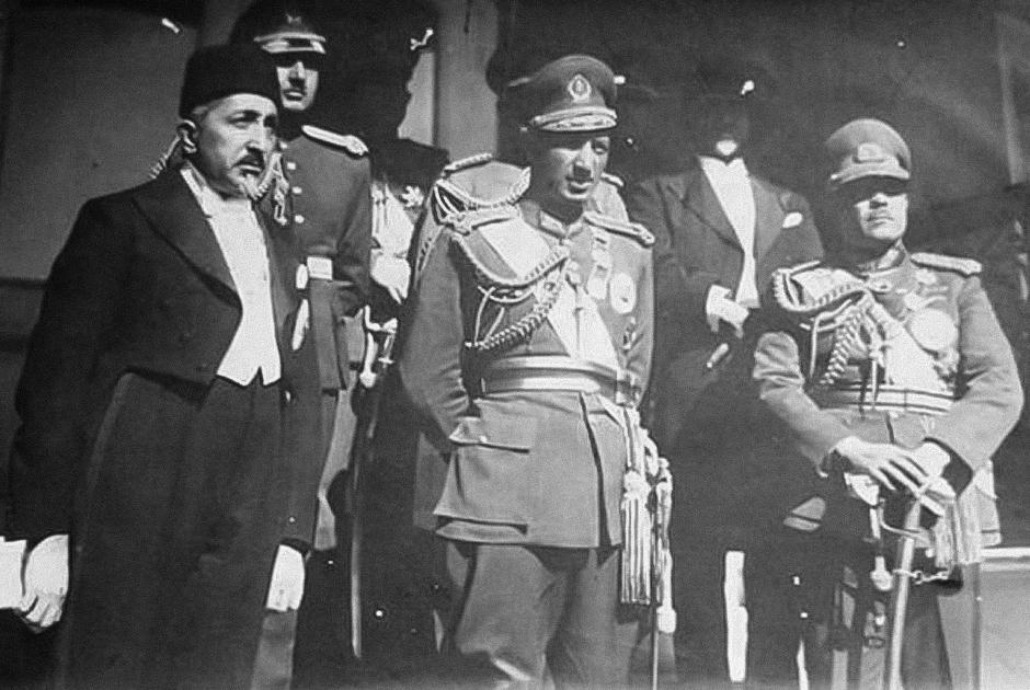 Захир-шах (в центре) рядом с подчиненными