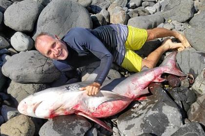 Австралиец от испуга напал на акулу и уволок ее на берег