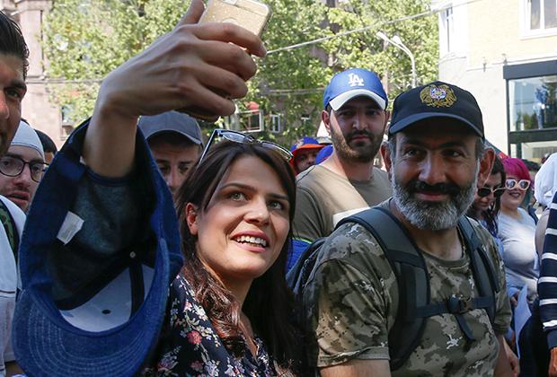Никол Пашинян среди протестующих
