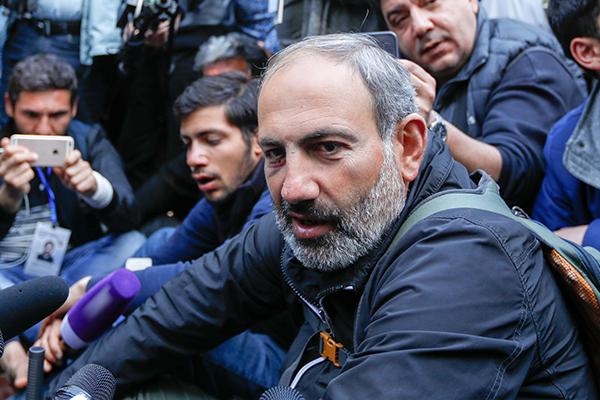 Ermənistan prezidenti A.Sarkisyan müxalifət lideri N.Paşinyanla müzakirələr aparmışdır.