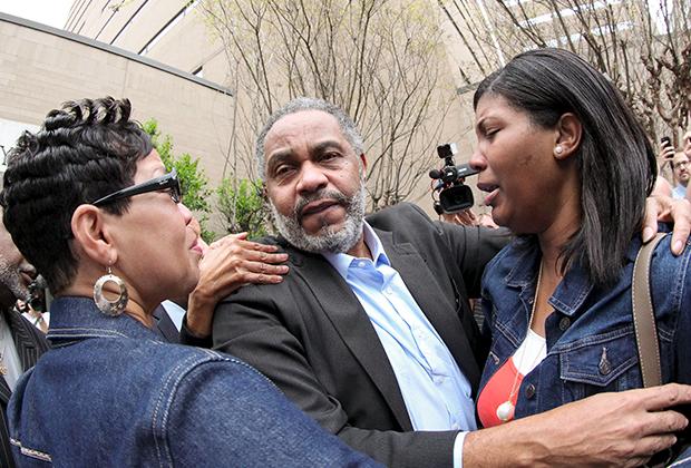 59-летнего Энтони Роя Хинтона встречают родственники на выходе из тюрьмы