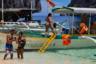 Главная фишка этого места — экскурсионные туры по секретным лагунам и соседним маленьким островкам. Лодки каждый день отправляются с главной пристани, тур занимает весь день и включает шикарный обед с местной кухней и фруктами.