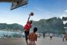 Баскетбол — это какая-то святая тема для местных. Даже в самой захолустной деревне в лесу, где от силы 10 местных жителей и две лачуги из пальмового дерева, обязательно есть баскетбольная площадка. Бейсболки, спортивные майки и шорты — местная высокая мода.