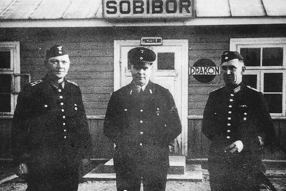 Железнодорожные служащие на станции Собибор