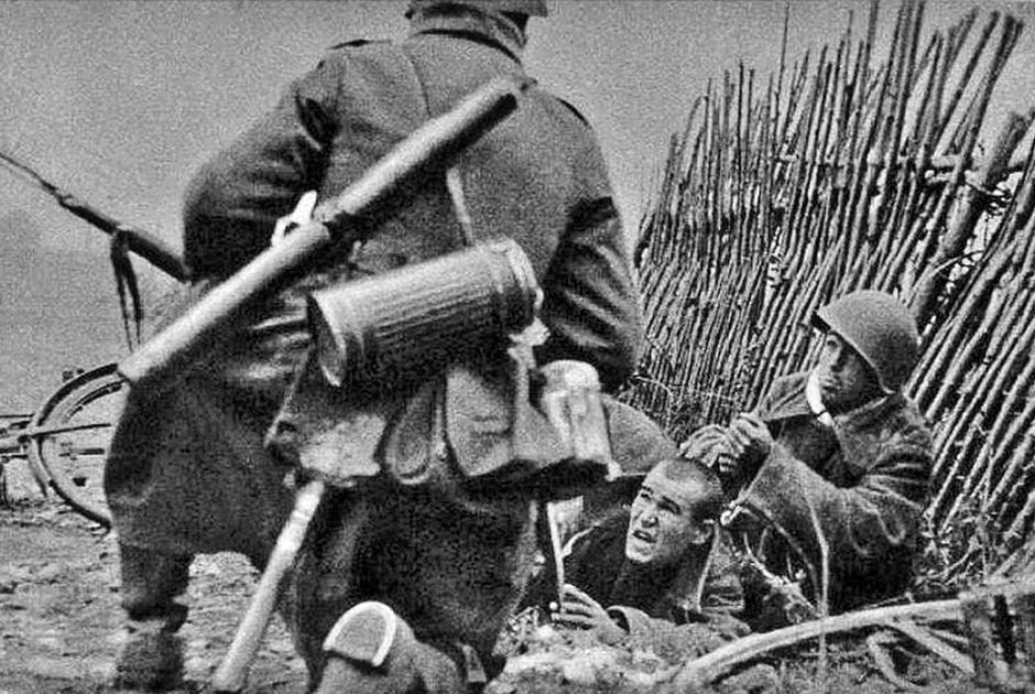 Немецкая пропагандистская фотография, изображающая захват пленных под Вязьмой