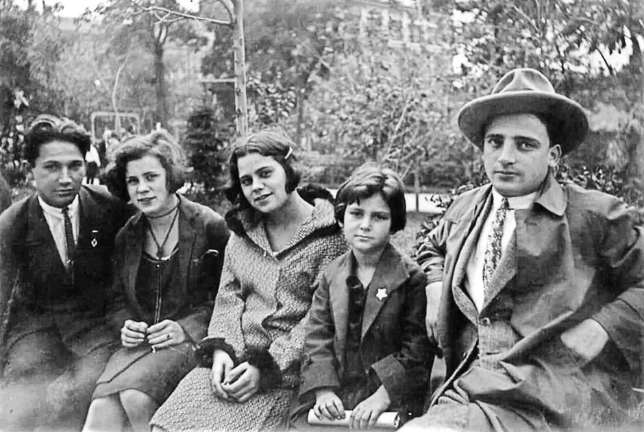 Александр Печерский (слева) с братом и младшей сестрой (первый и вторая справа)