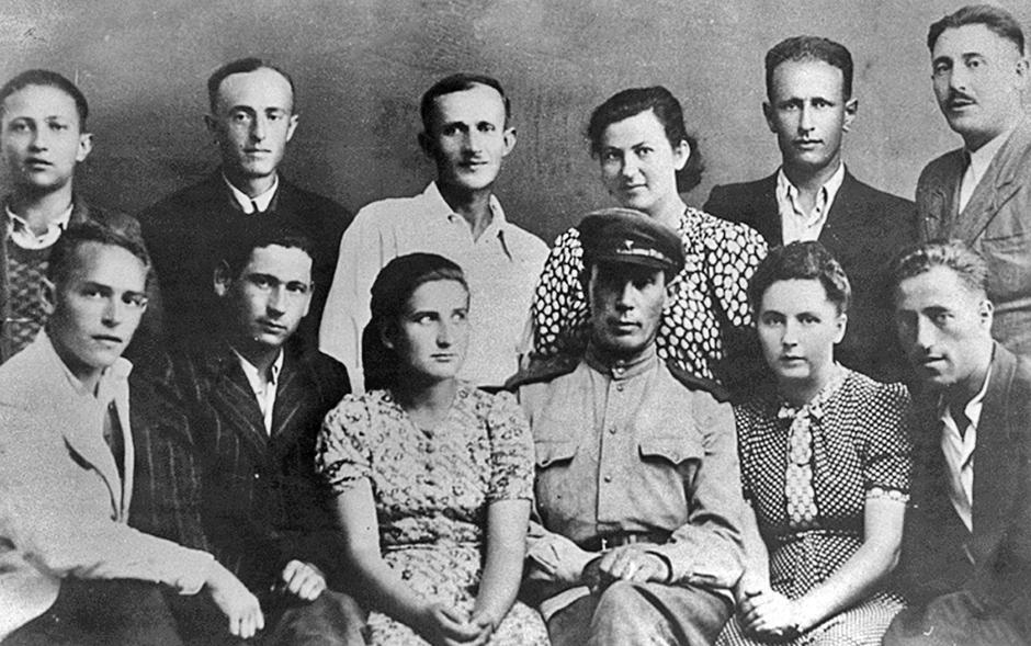 Бывшие узники Собибора, Хелм, август 1944 года. Предположительно, стоят: Меер Зисс (крайний слева), Хаим Трегер (второй слева), Калмен Веврык (второй справа), Леон Фельдгендлер (крайний справа); сидят, слева направо: Иосиф Дунец, Йозеф Хершман, Зельда Мец, советский офицер (?), Эстер Рааб, Хаим Поврозник