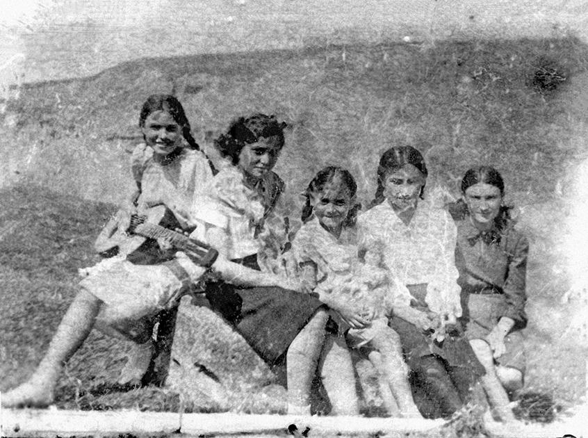 В центре — дочь Печерского Элеонора, слева от нее — Анна, дочь Замилацкой от первого брака, крайняя слева — Мирра, подруга Анны. Цимлянск, начало июня 1941 года. Эту фотографию Печерский сохранил и на фронте, и в лагерях