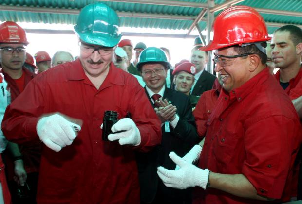 Уго Чавес (справа) и Александр Лукашенко проверяют образец нефти на добывающем предприятии в Южном штате Ансоатеги, в 310 милях от Каракаса