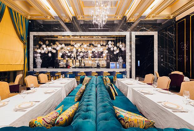 Кроме самого казино, в здании еще есть, где потратить деньги. Например, в двух ресторанах: «Брунелло» (авторская кухня, средний счет 7000 рублей) и «Баффет» (русская, европейская, азиатская кухни, средний счет 2000 рублей), которыми заправляет бренд-шеф Илья Захаров. Его специально переманили из Москвы.