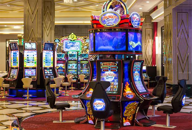 За год и пять месяцев казино в Сочи посетили 507тысяч человек из 122 стран. Рекордный выигрыш — 50миллионов рублей (счастливчик, конечно, засекречен и, надеемся, жив-здоров). Игроку, посетившему «Казино Сочи» в октябре 2017 года в первый раз, как-то выпало 2 644 996 джекпотных рублей. Парень просто нажал кнопку на аппарате.