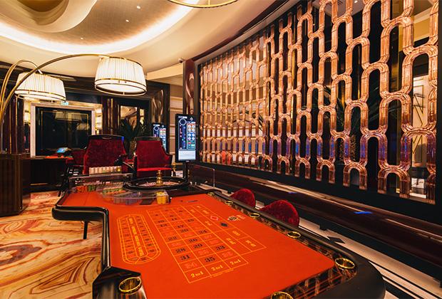 В казино установлены 442 игровых терминала и 63 игровых карточных стола, а также есть отдельный покерный клуб. Еще работают семь VIP-залов, каждый из них оформлен в собственном — максимально вычурном — стиле. Ну, и пара премиум-залов с поэтическими названиями «Оникс» и «Дракон». Целевая аудитория казино — мужчины 45-65 лет. 60 процентов игроков — мужчины, 40 процентов — женщины.