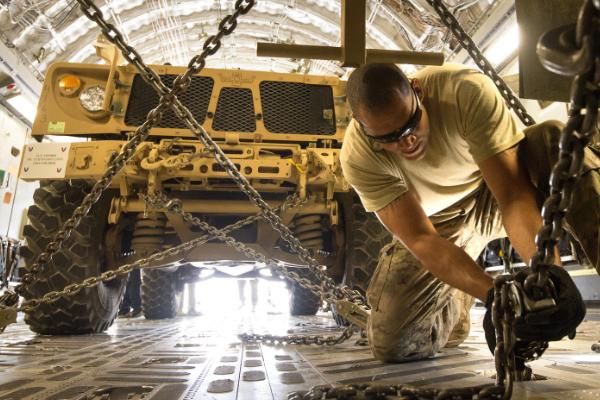 Американская бронемашина M-ATV в транспортном самолете