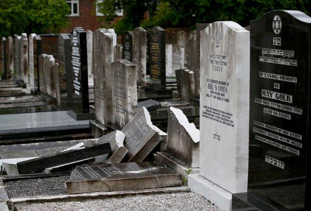 Разрушенные вандалами надгробия на еврейском кладбище в Манчестере