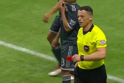 Футболиста удалили за празднование гола