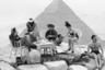 Туристы пьют чай на вершине одной из Великих Пирамид.