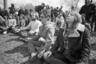1971, Нью-Йорк. Молодые люди принимают медитативную позу, наблюдая за Днем Земли в Центральном парке.