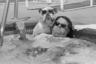 Джон Биссилья расслабляется в бассейне со своим английским бульдогом Айком. Пара участвует в конкурсе Lucky Dog Look-Alike с призовым фондом 10 000 долларов.
