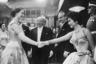 1954, Лондон, Англия. Джина Лоллобриджида пожимает руку королеве Елизавете II на премьере фильма «Поймать вора».