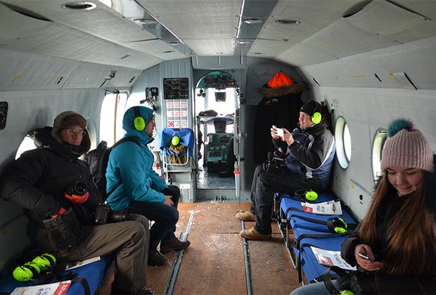 Вертолет летит за отрядом Матвея Шпаро на Северный полюс