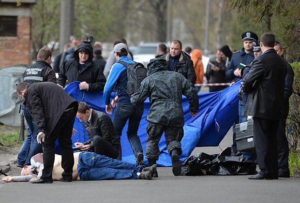 Криминалисты на месте убийства журналиста Олеся Бузины в Киеве