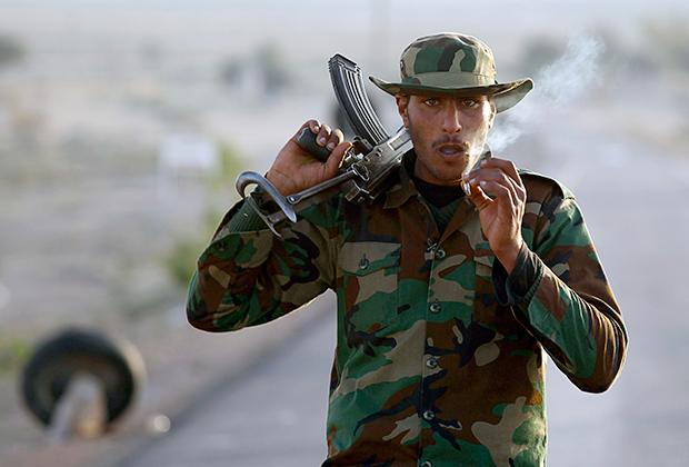 Ливийский повстанец в камуфляжной панаме (2011)