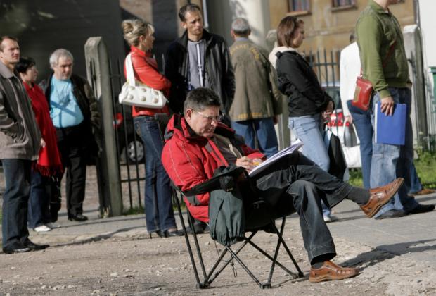Люди ждут открытия офиса службы занятости в Риге
