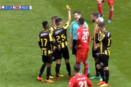 Игрок голландского футбольного клуба «Витесс» продемонстрировал жёлтую карточку судье