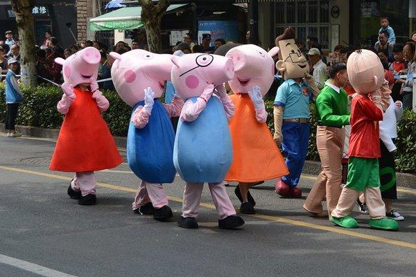 Китайцы в костюмах героев «Свинки Пеппы»